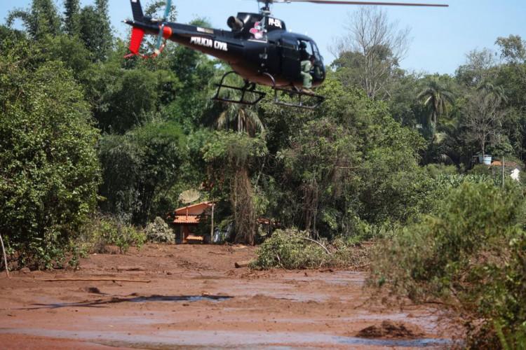 Helicóptero de resgate sobrevoa Rio Paraopeba atingido pelo rompimento de barragem da Vale, em Brumadinho. (Foto: Adriano Machado/Reuters/Direitos reservados)