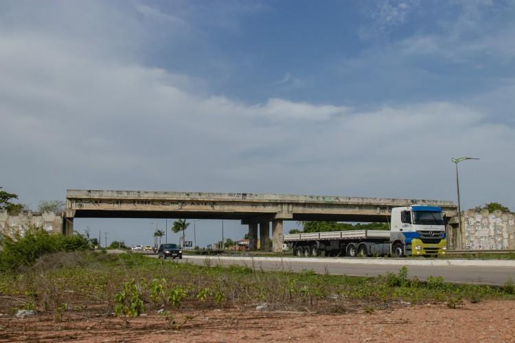 Viaduto de acesso a Horizonte (BR-116) está em situação de abandono, com obras paradas há anos. Trabalhos devem recomeçar em 2021 em esforço do Ministério da Infraestrutura de entregar obras paralisadas. (Foto: Aurelio Alves)