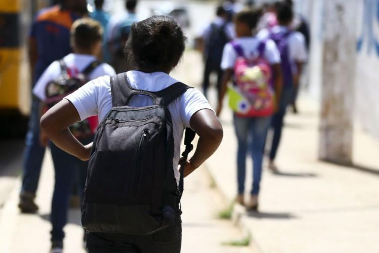 Alunos saindo de escola na Estrutural, no Distrito Federal (Foto: Marcelo Camargo/Agência Brasil)