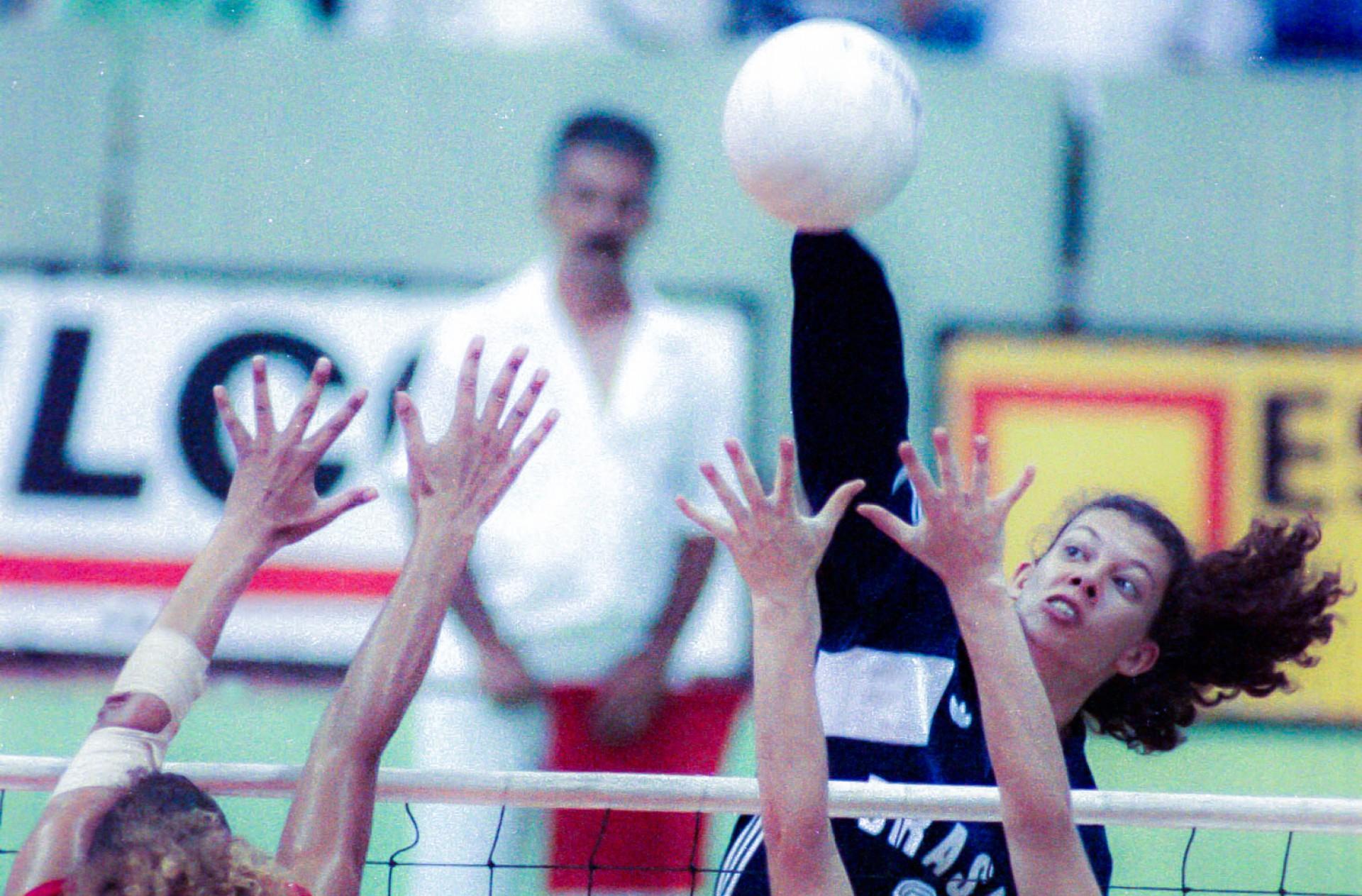 Cuba, Ciudad de la Habana, Havana. Agosto de 1991. A atacante brasileira Ana Moser executa uma cortada em jogo da Seleção Brasileira de vôlei feminino nos Jogos Pan-americanos de 1991, realizados em Havana. (Foto: SÉRGIO BEREZOVSKY/AE)