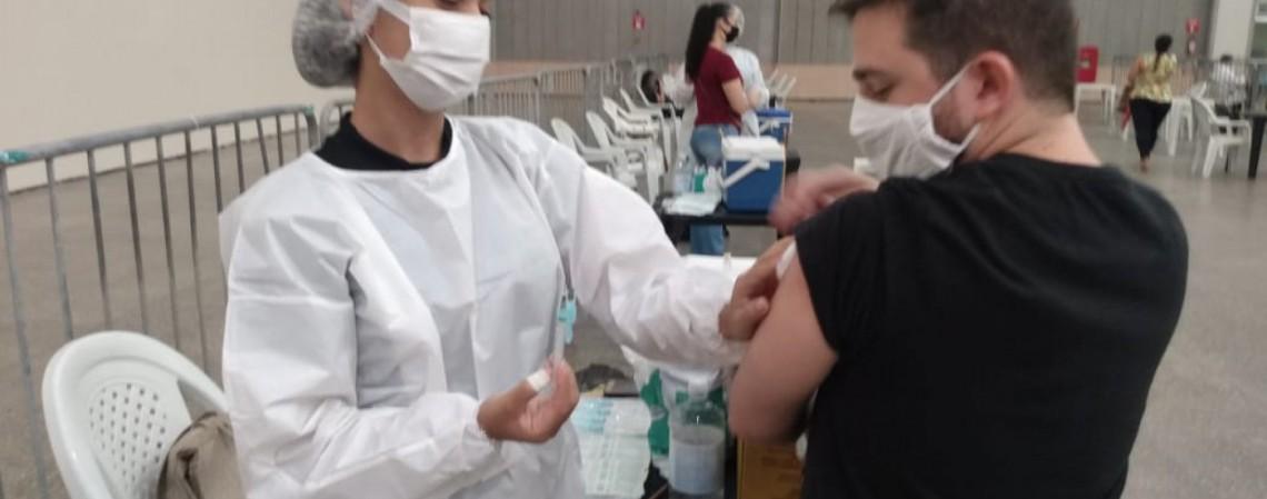 O Centro de Eventos também está acolhendo profissionais de saúde para serem vacinados neste sábado, 30.  (Foto: Irna Cavalcante)