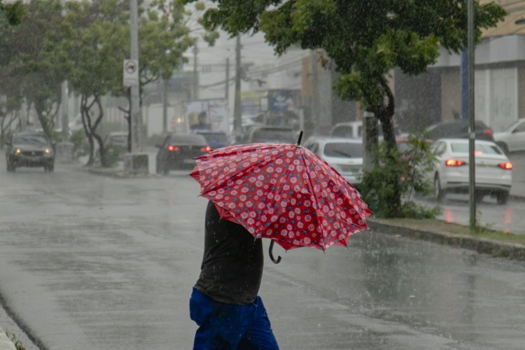 FORTALEZA, CE, BRASIL, 30.01.2021: Chuva no Centro de Fortaleza, na avenida Heráclito Graça, em janeiro de 2021 (Foto: Aurelio Alves)