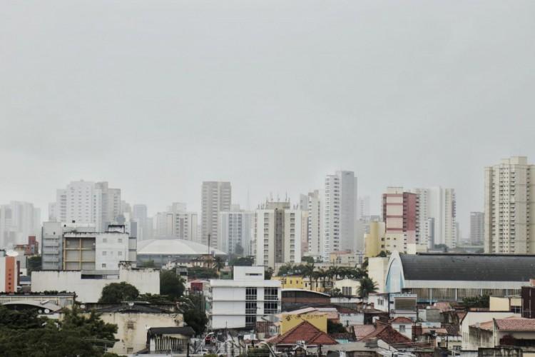 Chuvas no Centro de Fortaleza na manhã deste sábado, 30 (Foto: AURÉLIO ALVES/O POVO)