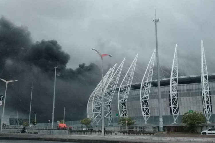 Incêndio teria começado em uma cabine de rádio (Foto: Corpo de Bombeiros)
