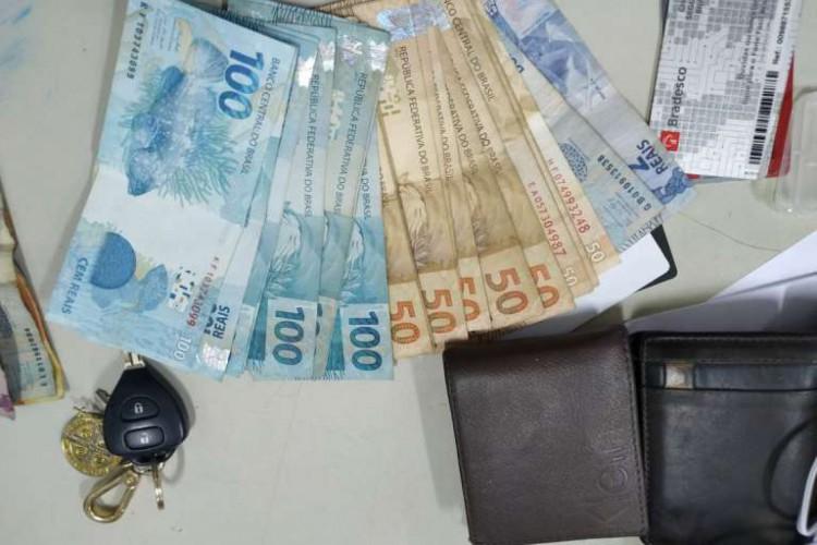 Dinheiro, um carro, cartões e diversos apetrechos foram apreendidos na ação policial. (Foto: Divulgação/SSPDS)