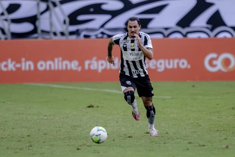 Vina em ação contra Athletico-PR (Foto: Aurelio Alves)