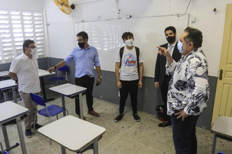 Visita de representantes de estudantes e professores à escola César Cals no retorno às aulas