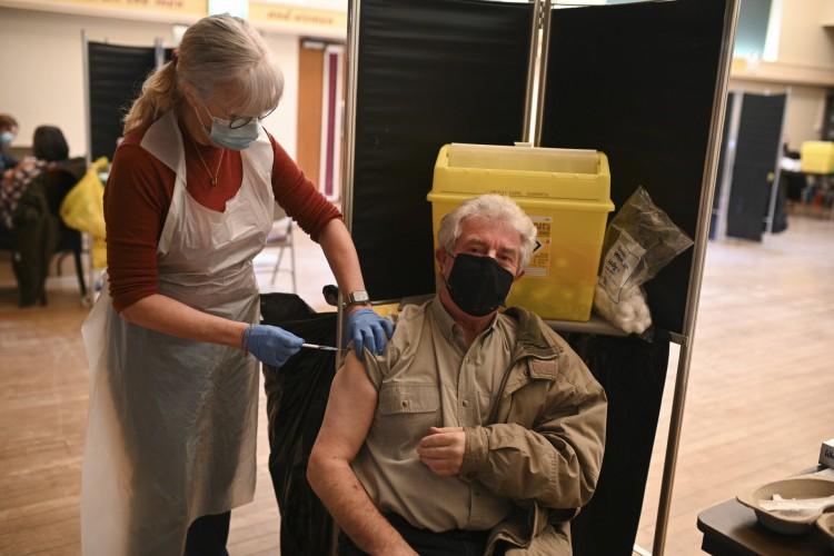 A Dra. Susan Fairhead administra uma injeção de vacina Pfizer / BioNTech Covid-19 em um centro de vacinação (Foto: AFP)