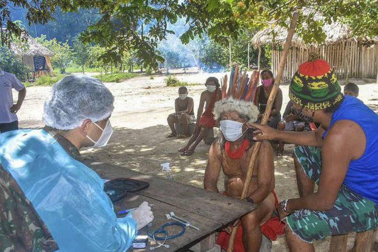 Atendimento médico: comunidades indígenas recebem apoio no combate à Covid-19. (Foto: Divulgação/Ministério da Defesa)