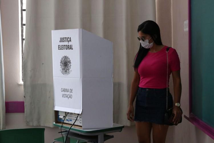 São Paulo - Eleitores votam no segundo turno das eleições para prefeito na Escola Municipal de Ensino Fundamental Celso Leite Ribeiro Filho, na Bela Vista. (Foto: Rovena Rosa/Agência Brasil; /Agência Brasil)
