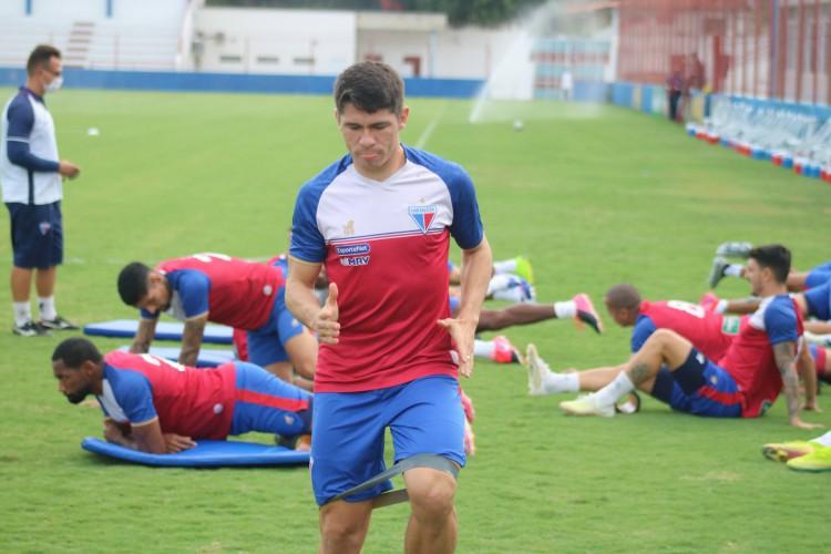 Atacante Osvaldo em treino do Fortaleza no Centro de Excelência Alcides Santos, no Pici (Foto: Bruno Oliveira/Fortaleza EC)