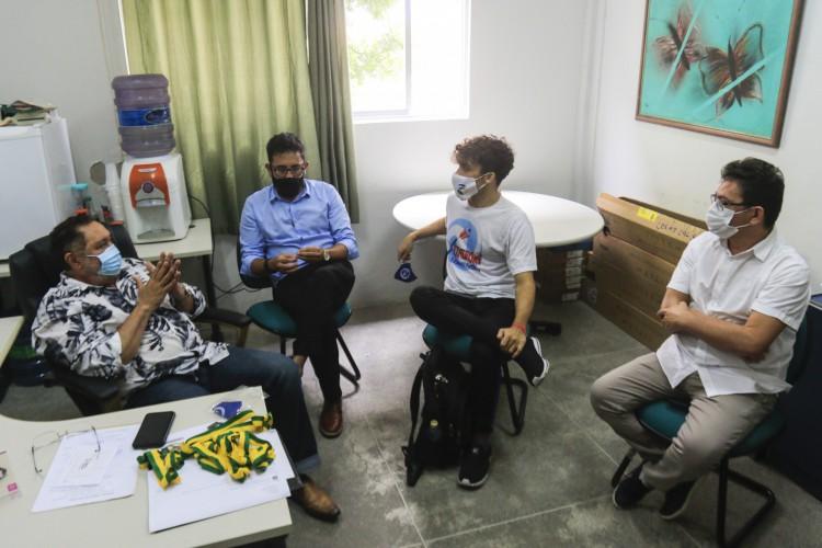 REPRESENTANTES do Sindicato Apeoc visitaram três escolas ontem (Foto: Barbara Moira)