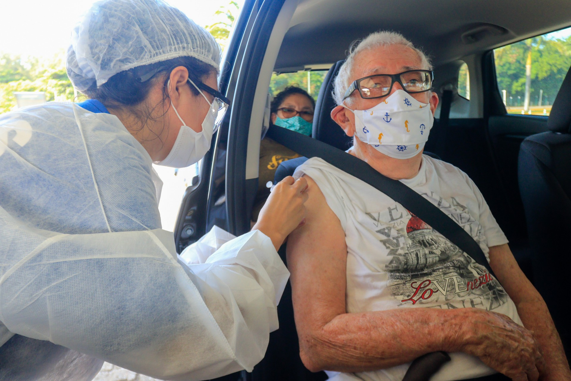 FORTALEZA, CE, 02-02-2021: Inicia-se na tarde de hoje a vacinacao de idosos por drive-thru no estacionamento do shopping Iguatemi.  (BARBARA MOIRA/ O POVO) (Foto: BARBARA MOIRA)