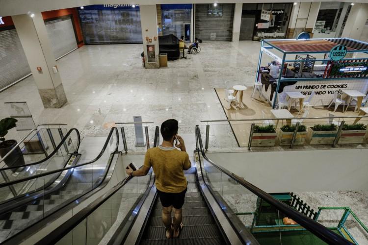 Em meio a lockdown, Dia do Consumidor no Ceará será marcado por vendas online. Empresas organizam promoções em produtos, serviços e cursos para alavancar vendas; confira descontos (Foto: JÚLIO CAESAR)