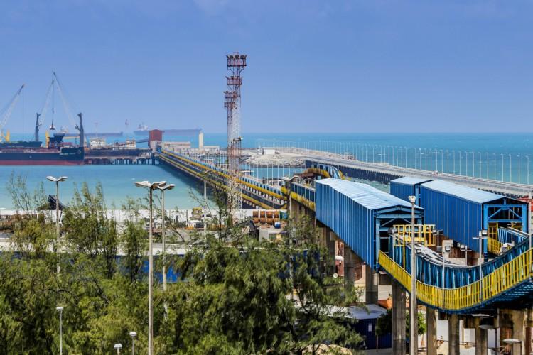 Atividades de navios, caminhões de transporte e estocagem de contêineres no Porto do Pecém (Foto: FCO FONTENELE)