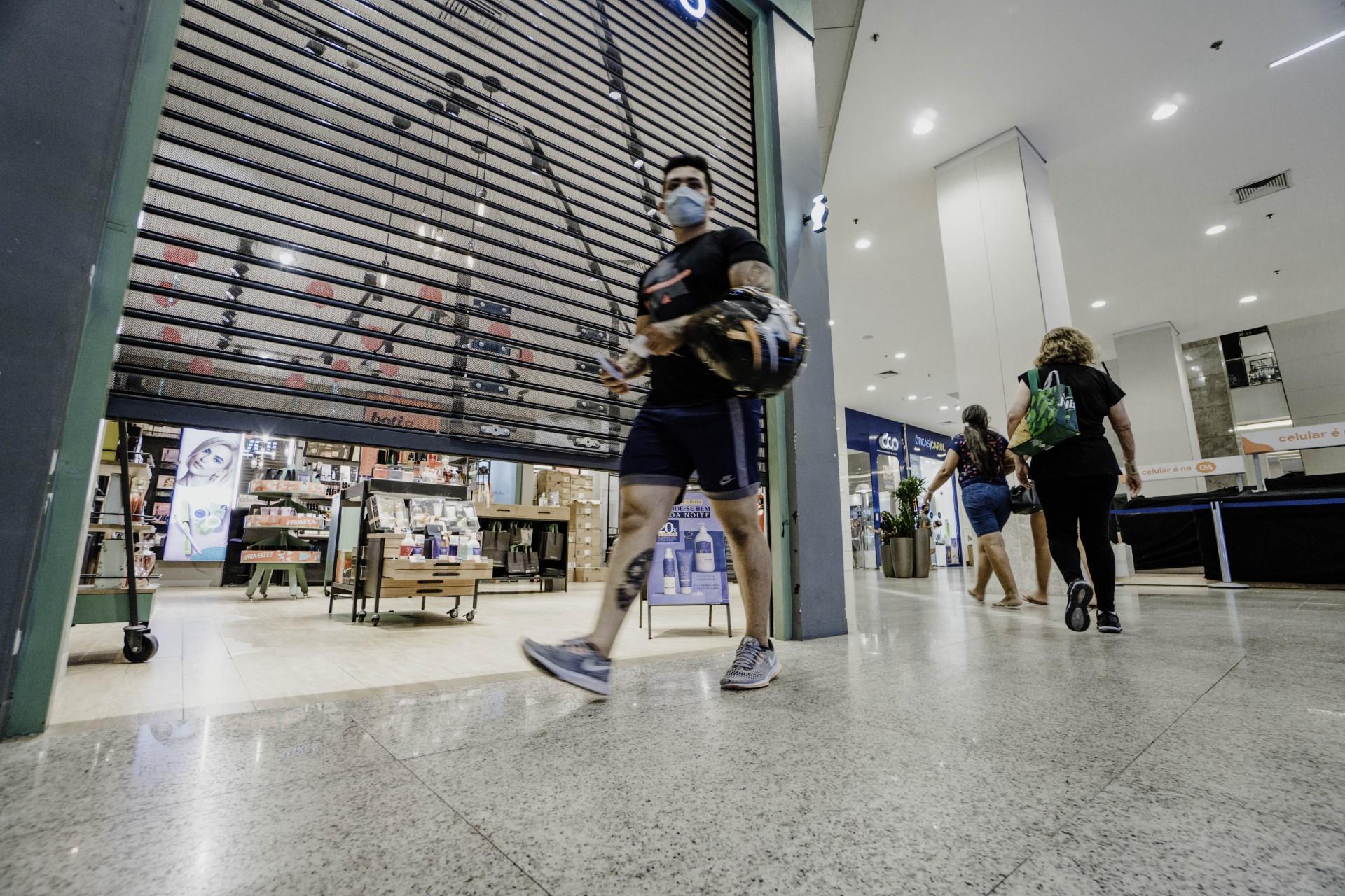 FECHAMENTO do comércio nos shoppings centers de Fortaleza aos fins de semana passa a ser às 17 horas até 28 de fevereiro (Foto: JÚLIO CAESAR)