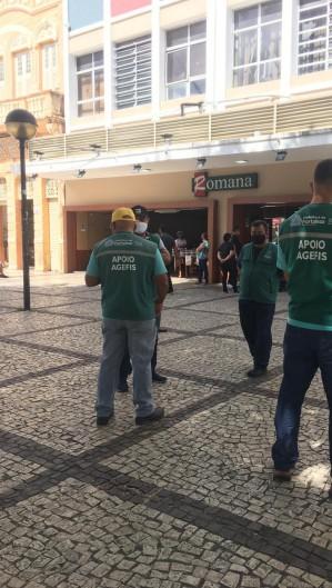 Agentes da Agefis estiveram no Centro verificando o cumprimento do decreto municipal e estadual de enfrentamento à Covid-19 (Foto: Foto: Thaís Mesquita)