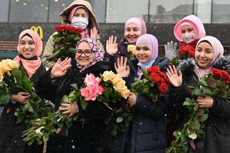 Ativistas da Associação Ucraniana de Mulheres Muçulmanas cumprimentam os transeuntes durante as celebrações do Dia Mundial do Hijab no centro de Kiev em 1º de fevereiro de 2021 (Foto: AFP)