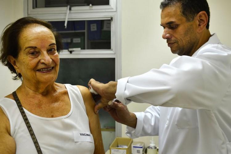 São Paulo - Hilda de Jesus Escobar, 86 anos no primeiro dia de vacinação de idosos, gestantes e crianças de 3 meses a 5 anos no Instituto de Infectologia Emília Ribas, região central (Rovena Rosa/Agência Brasil) (Foto: Rovena Rosa/Agência Brasil)