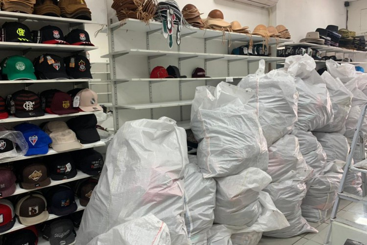 Ao todo, cinco lojas foram fiscalizadas para averiguar mercadorias, como bonés, blusas, carteiras, bolsas e tênis (Foto: Divulgação/Receita Federal)