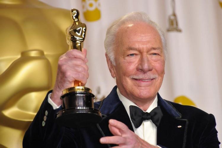 Christopher Plummer recebeu o Oscar de melhor ator coadjuvante pela atuação 'Toda forma de amor'. Aos 82 aos, foi o ator mais velho a receber a estatueta (Foto: JOE KLAMAR/ afp)