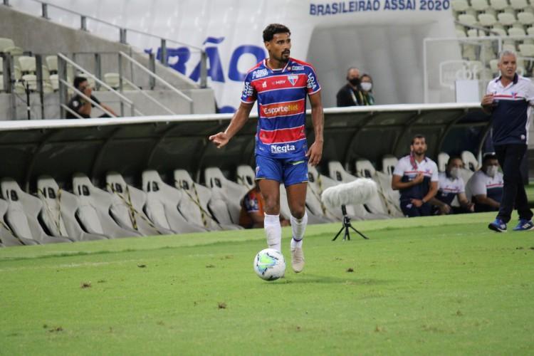 Lateral-direito Gabriel Dias com a bola no jogo Fortaleza x Coritiba, na Arena Castelão, pelo Campeonato Brasileiro Série A (Foto: Bruno Oliveira/Fortaleza EC)