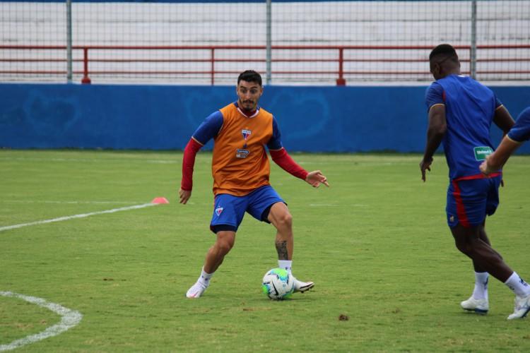 Meia Mariano Vázquez com a bola em treino do Fortaleza no Centro de Excelência Alcides Santos, no Pici (Foto: Bruno Oliveira/Fortaleza EC)