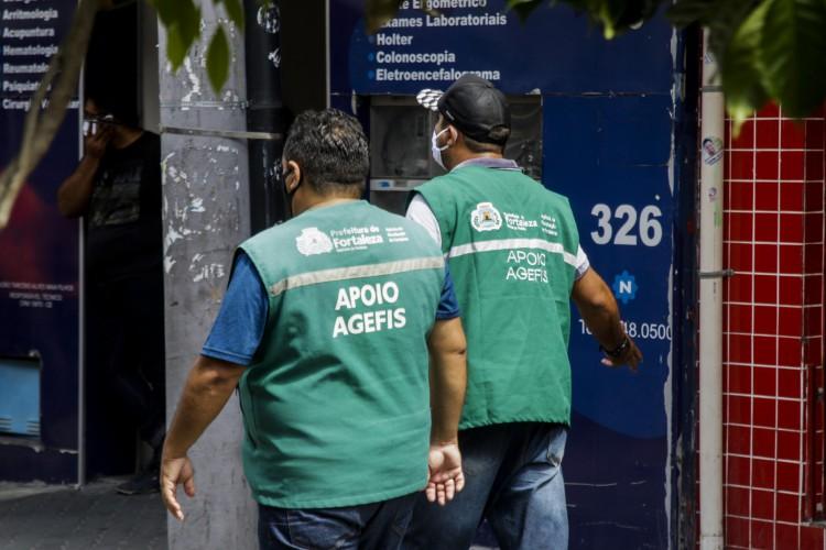 Fiscalização no Centro de Fortaleza verificando cumprimento das medidas do novo decreto (Foto: Thais Mesquita/ O Povo)