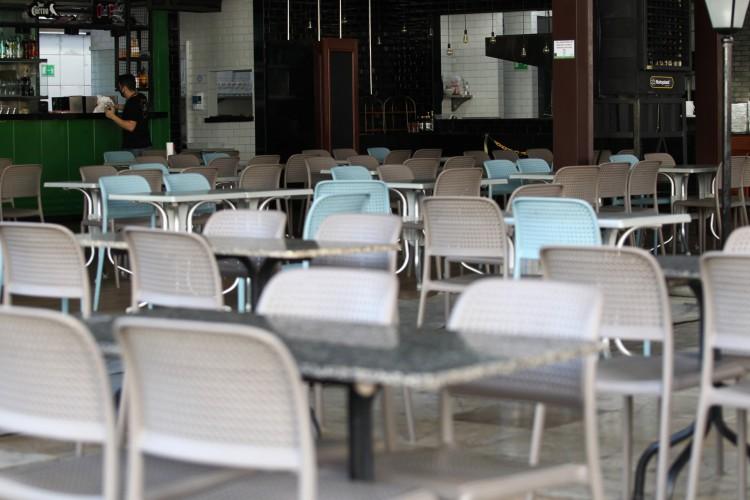 Segmento de bares e restaurantes estima que, apenas nas três últimas semanas de fevereiro, foram perdidos dois mil postos de trabalho em Fortaleza  (Foto: FABIO LIMA)