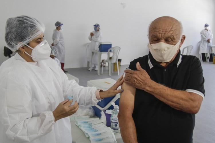 Imunização de idosos em Fortaleza (Foto: Thais Mesquita)