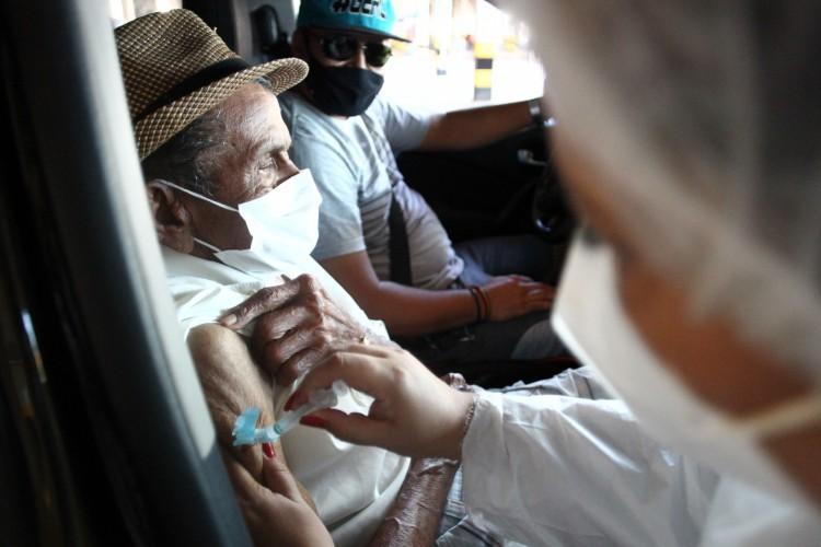 Vacinação nesta segunda contempla apenas idosos com 74 anos. (Foto: FABIO LIMA)