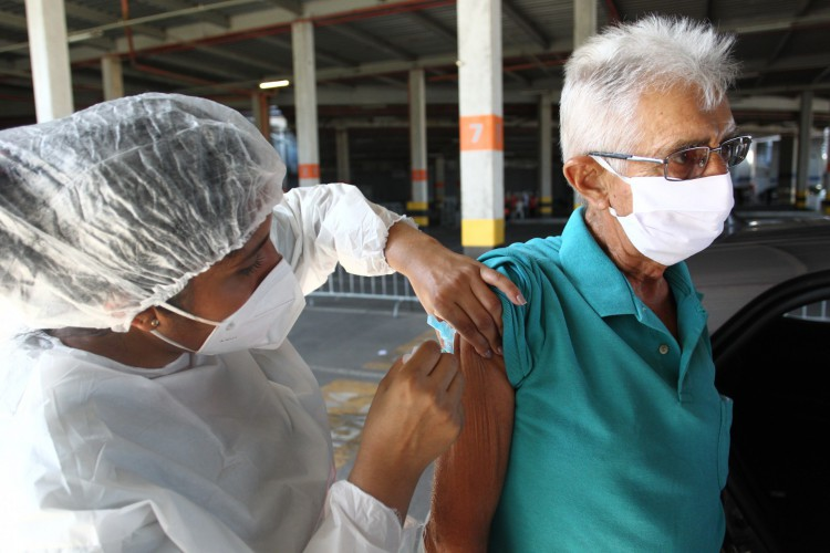 Vacinação segue nesta segunda em seis postos de vacinação em Fortaleza. (Foto: FABIO LIMA/O POVO)
