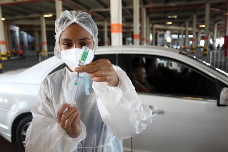 FORTALEZA,CE, BRASIL, 07.02.2021: Vacinação de idosos no drive-thru montado no estacionamento da arena Castelão.  (Fotos: Fabio Lima/O POVO) (Foto: FABIO LIMA)