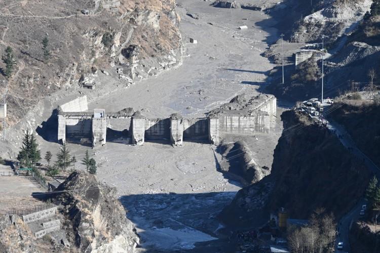 Restos de uma barragem ao longo de um rio em Tapovan, danificada após uma enchente que se acredita ter sido causada quando uma geleira se rompeu (Foto: AFP)