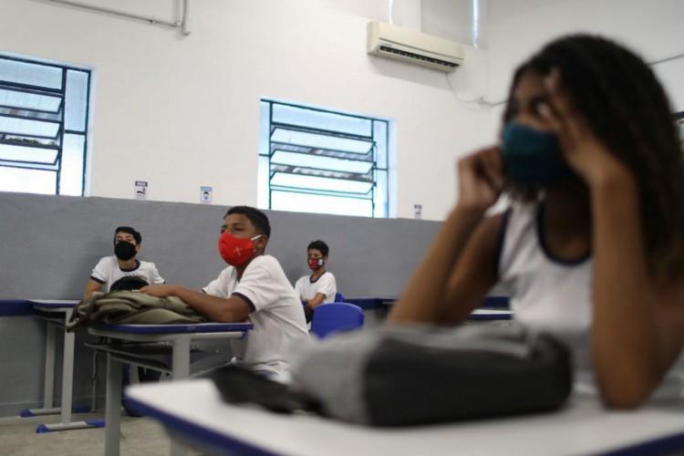 Students attend a class at Aplicacao Carioca Coelho Neto municipal school as some schools continue with the gradual reopening, amid the coronavirus disease (COVID-19) outbreak, in Rio de Janeiro, Brazil November 24, 2020. REUTERS/Pilar Olivares (Foto: REUTERS/Pilar Olivares)