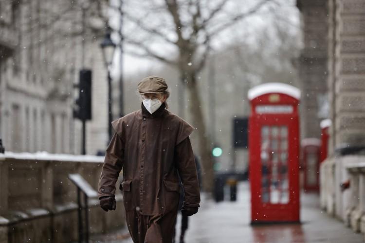 Homem de máscara durante pandemia de Covi-19 no Reino Unido (Foto: AFP)