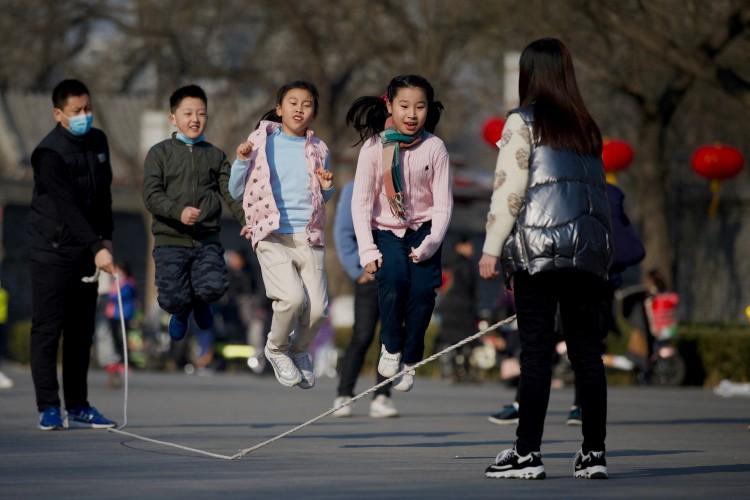 Crianças brincam em um parque de Pequim, na China  (Foto: AFP)