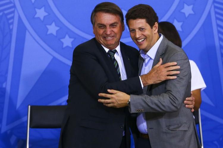 O presidente Jair Bolsonaro e o ministro do Meio Ambiente, Ricardo Salles, durante o lançamento do programa Adote um Parque, no Palácio do Planalto (Foto: Marcelo Camargo/Agência Brasil)
