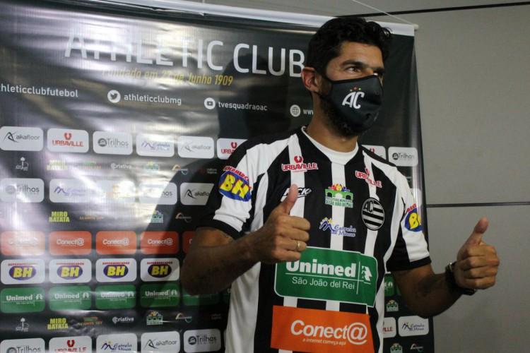 Athletic Club Futebol apresenta Loco Abreu oficialmente (Foto: )
