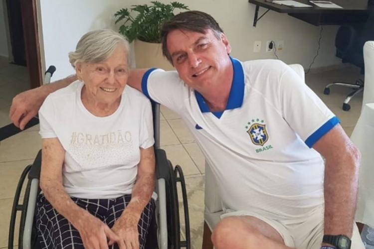 Bolsonaro e sua mãe, Olinda Bonturi Bolsonaro, de 93 anos (Foto: Reprodução/Instagram)