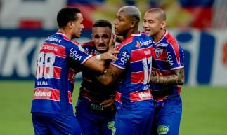 Jogadores do Fortaleza comemoram gol de Igor Torres no duelo diante do Vasco no Castelão. Jogo válido pela Série A do Brasileirão 2020.