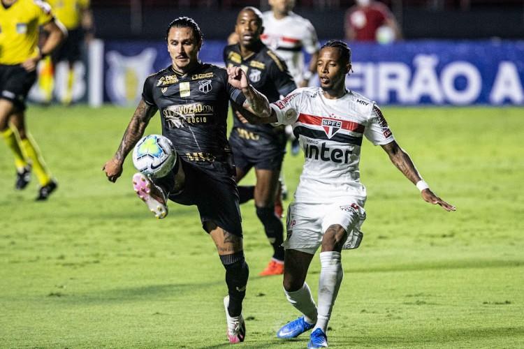 Meia Vina domina a bola marcado pelo volante Tchê Tchê em lance do jogo São Paulo x Ceará, no Morumbi, pelo Campeonato Brasileiro Série A (Foto: Raul Baretta / Ceará SC)