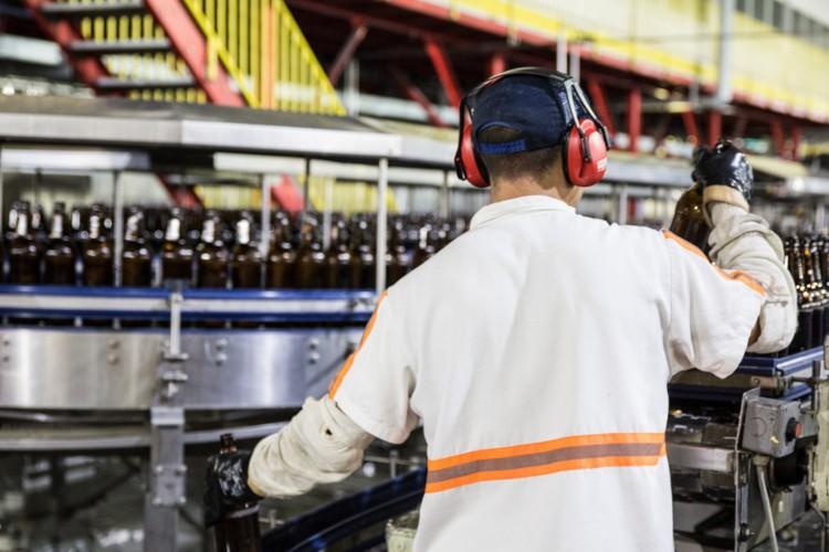 Dos 19 segmentos industriais pesquisados, 14 registraram queda da confiança em abril. (Foto: Divulgação / Ambev)
