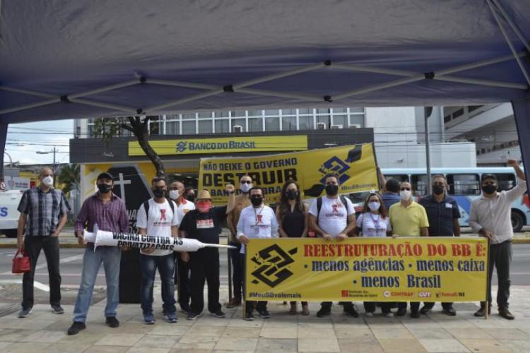 Mobilização contra a reestruturação do Banco do Brasil nesta quarta-feira, 10, no Centro de Fortaleza, em frente à agência Praça do Carmo (Foto: Divulgação)