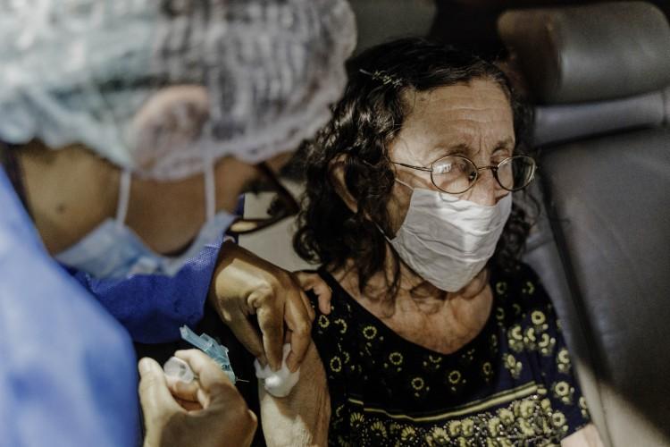 FORTALEZA, CE, BRASIL, 10-02-2021: Vacinação de idosos no Centro de Eventos em Fortaleza (Foto: JÚLIO CAESAR)