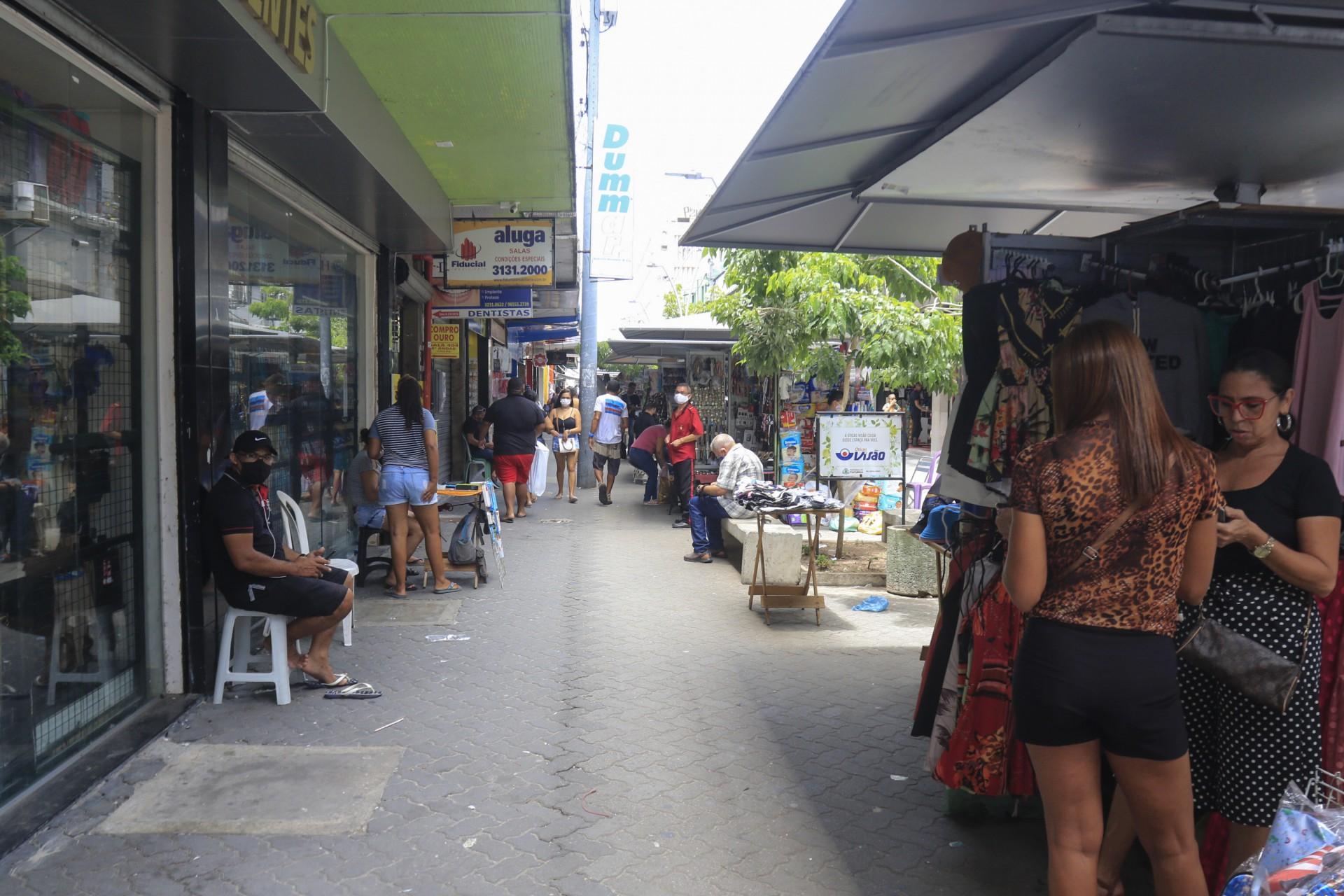 Movimentação do comércio no Centro de Fortaleza. Pontos fechados e poucos consumidores