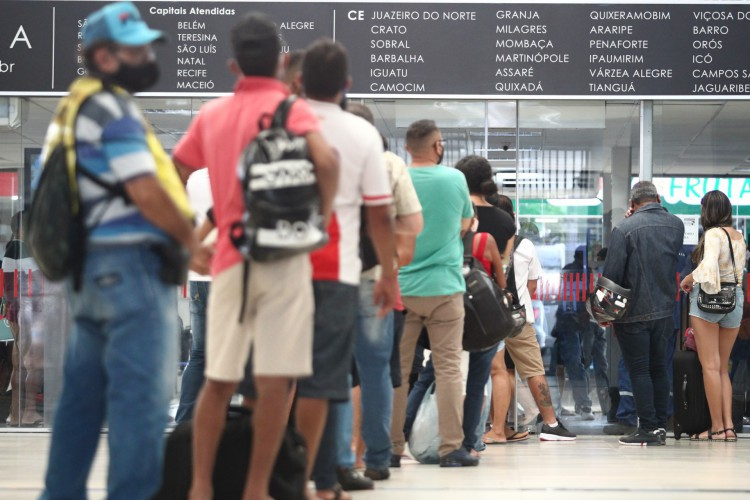 FORTALEZA,CE, BRASIL, 11.02.2021: Movimentação na Rodoviária de Fortaleza um dia antes da decreto que suspende viagens intermunicipais nos dias que seriam de Carnaval (Foto: FABIO LIMA)