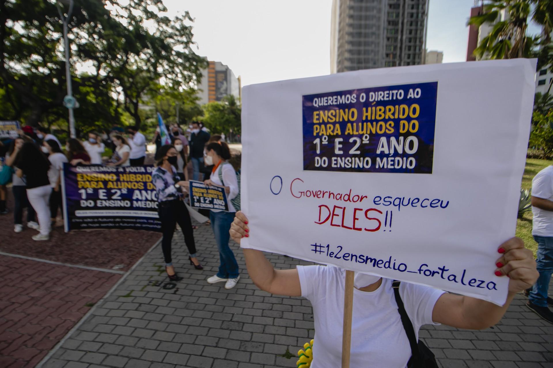 ENTIDADES realizaram manifestações pedindo a volta das aulas presenciais no Ensino Médio