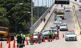 FORTALEZA,CE, BRASIL, 12.02.2021: Autoridades fazem barreira sanitária nas saidas da cidade para controle de acesso. Barra do Ceará. (Fotos: Fabio Lima/O POVO)