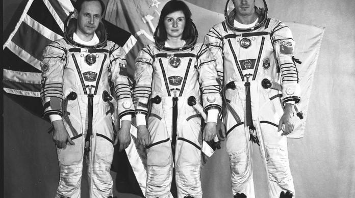 Sergei Krikalev com o ucraniano Anatoly Artsebarsky e Helen Sharman, a primeira britânica a ir ao espaço